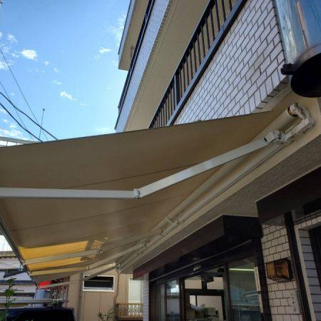 東京都葛飾区|高強度オーニングテントの施工事例(店舗・軒先)